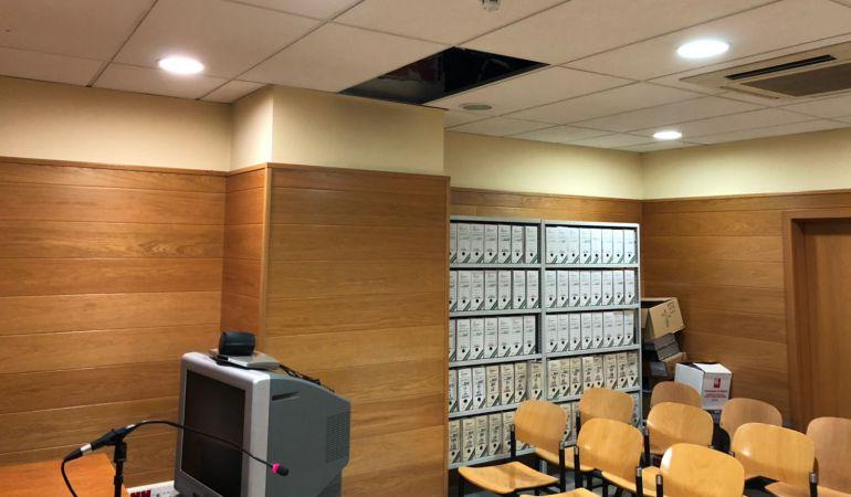 El techo cayó en fin de semana, cuando no había nadie en la sala
