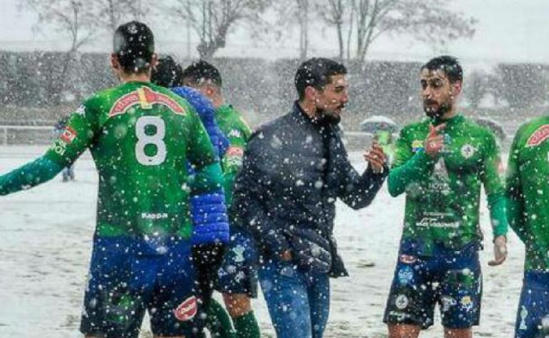 El entrenador del Astorga, Diego Merino, junto a sus jugadores en el pasado encuentro ante Unionistas.