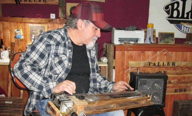 Méter amb una de les seues guitarres fetes a mà