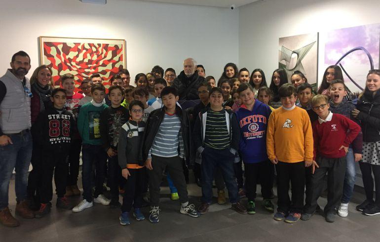 Juan Serrano, con un grupo de alumnos en la exposición.