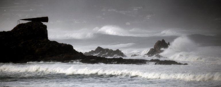 Las olas rompen contra la costa del concello coruñés de Arteixo