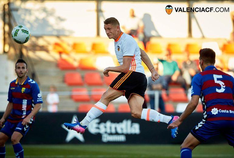 Zotko remata de cabeza en un partido con el Mestalla