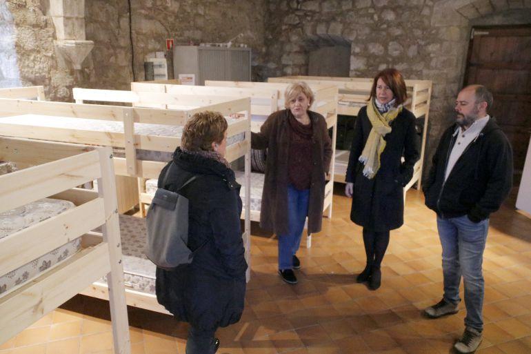 La directora de la Sopa, la regidora de Serveis Socials, l'alcaldessa de Girona i el responsable de l'àrea d'Igualtat durant la presentació del nou espai