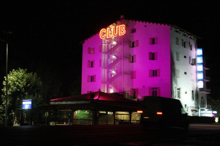 Exterior de un club donde se ejerce la prostitución