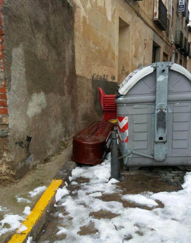 Se hace viral la foto de un féretro tirado en un contenedor junto al Acueducto