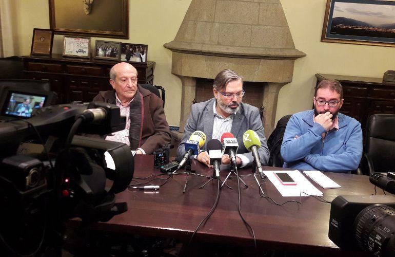 """Santiago Antón (dcha), Fernando Pizarro (centro) y Juan Ramón Santos (dcha) durante la presentación de la exposición """"Trazos del Salón. Una Obra Abierta"""""""