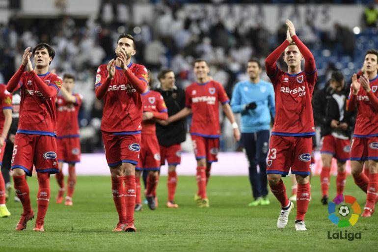 Los jugadores del Numancia agradecen a los aficionados rojillos su apoyo al término del partido.