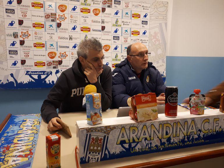 El entrenador, Javier Álvarez de los Mozos (i), en ruenda de prensa previa al duelo ante el Astorga.