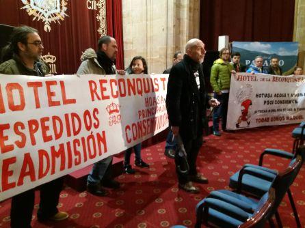 Los miembros de las Asambleas de Trabajadores en lucha, durante la protesta en el hotel de la Reconquista. Esta mañana. Oviedo
