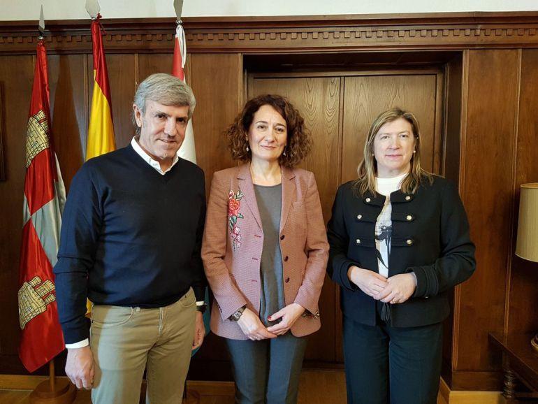 Emilio Moro, junto a la alcaldesa y la concejala de Cultura y Turismo