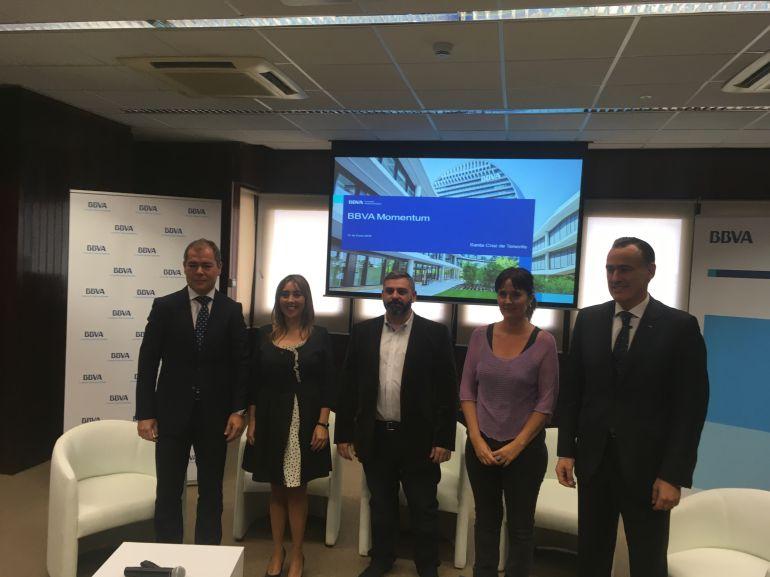 Los directores regional y territorial del BBVA,José Manuel Martín y David Conde, respectivamente junto con los tres responsables de las empresas.