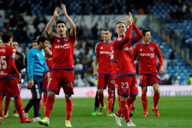 Los jugadores del Numancia Saúl García y Dani Nieto aplauden a los aficionados sorianos a la finalización del encuentro correspondiente a la vuelta de los octavos de final de la Copa del Rey frente al Real Madrid en el estadio Santiago Bernabéu.