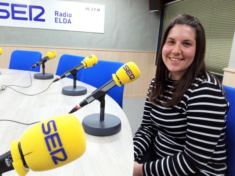 """Raquel Puche integrante del grupo de danzas """"La Faltriquera"""" en Radio Elda"""