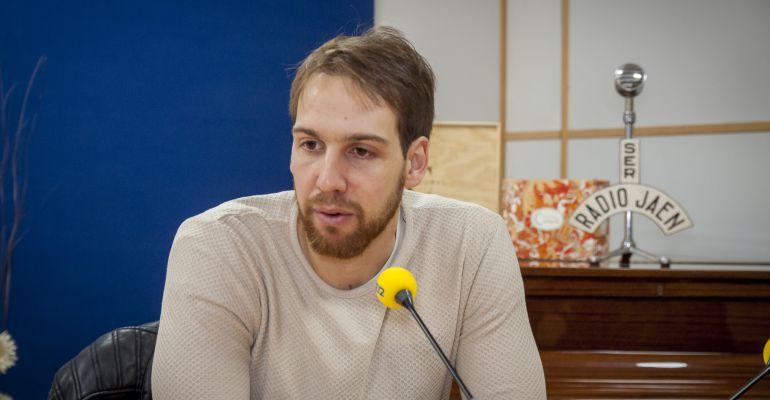 El jugador del Jaén Paraíso Interior Alan Brandi en los estudios de Radio Jaén