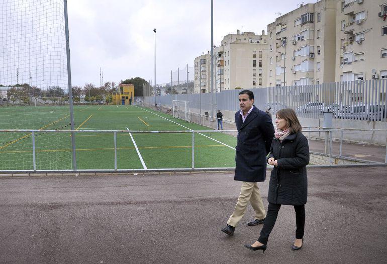 Laura Álvarez junto al director de deportes visitando las instalaciones