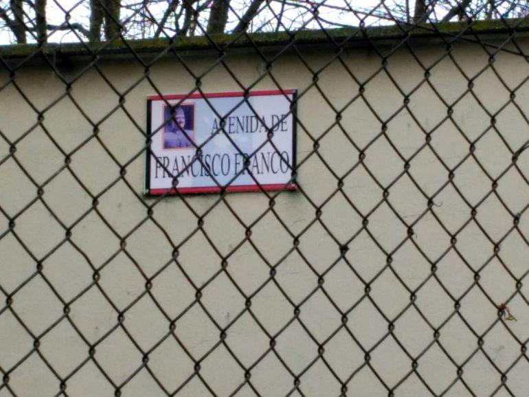 Placa objeto de la polémica en Autilla del Pino (Palencia)