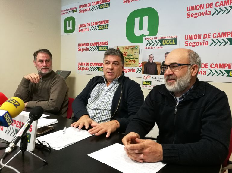 El presidente de UCCL en Segovia Juan Manuel Palomares (c) junto a Javier Esteban (i) y Fernando de la Fuente (d)