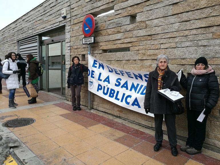 Miembros de la Mesa en defensa de la Sanidad Pública han ofrecido información sobre la nueva campaña a las puertas del Centro de salud Segovia III en San Lorenzo