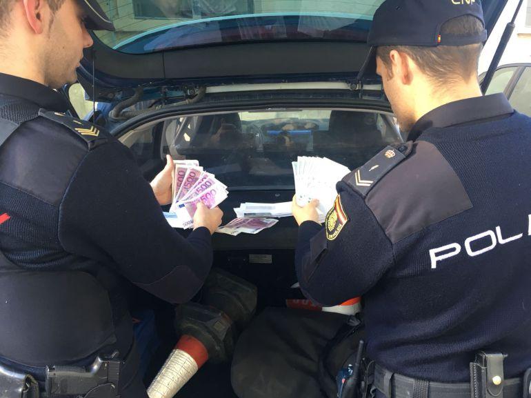 Agentes de la Policía Nacional con dinero falso