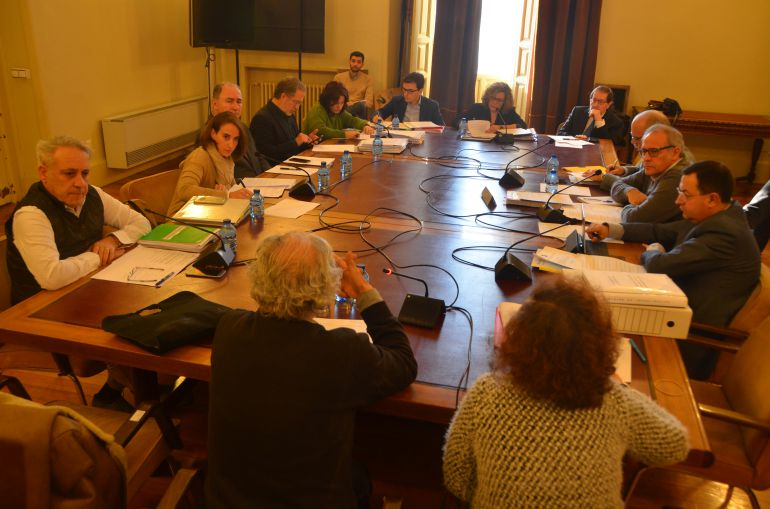 Ignacio Marinas (de espaldas) declara en la comisión de investigación ante los concejales de todos los grupos políticos