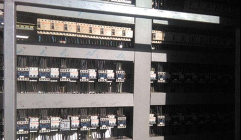 Cuadro eléctrico de pistas de tenis y polideportivas sin protección, según denuncia CSIT Unión Profesional.