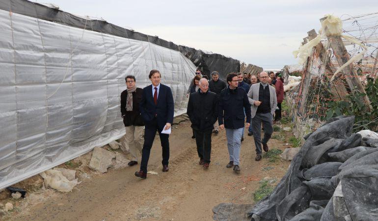 Responsables del Partido Popular visitan la zona afectada de invernaderos.