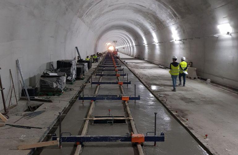 Trabajos de instalación de la plataforma ferroviaria en el túnel de la Serra Grossa de Alicante
