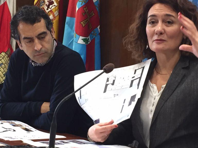 La alcaldesa y el técnico municipal, que realizó el proyecto de rehabilitación del Castillo Viejo