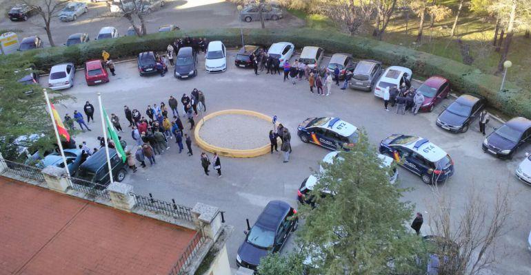 Varios coches de Policía Nacional frente a las puertas de Hospital del Neveral.
