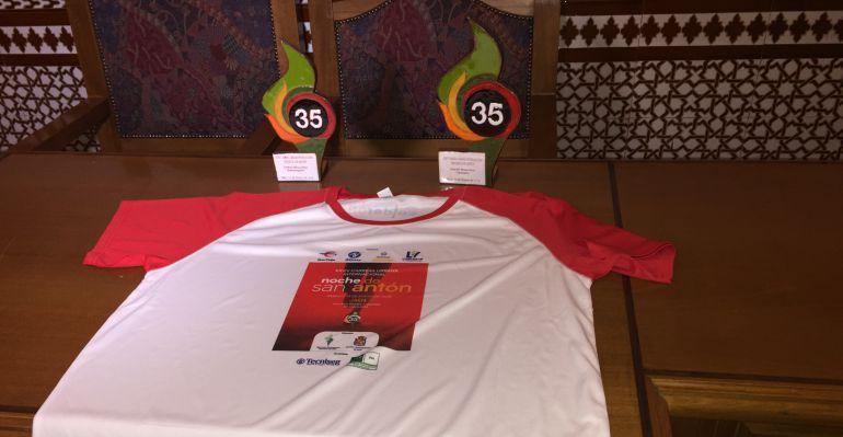 Camiseta conmemorativa y trofeos de la San Antón de Jaén de este año 2018.