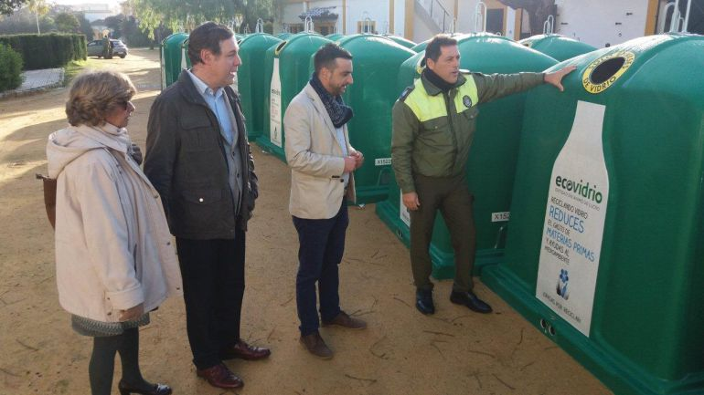 Imagen de la instalación de nuevos contenedores de vídrio