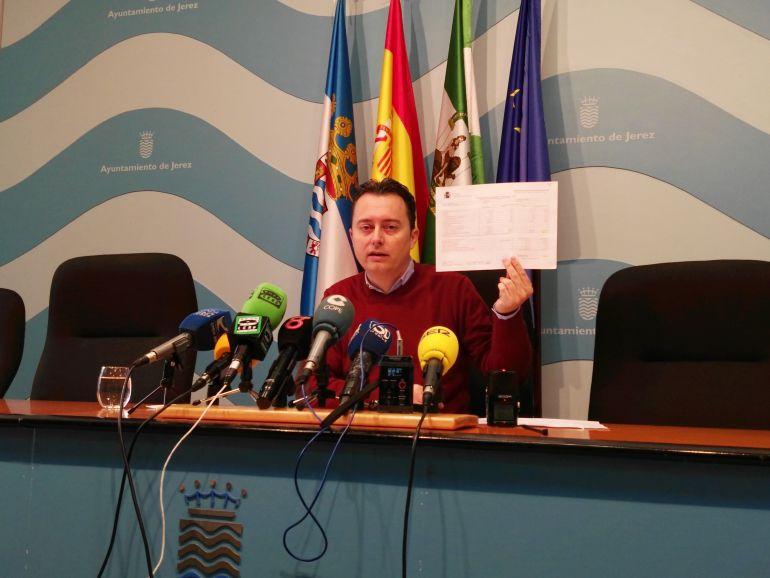 Imagen de Santiago Galván, delegado municipal de Economía, durante una rueda de prensa este viernes