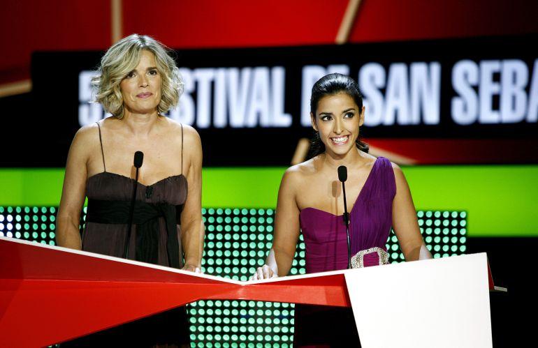 Edurne Ormazabal, izquierda, en una imagen de archivo durante la presentación de una gala del Zinemaldia.