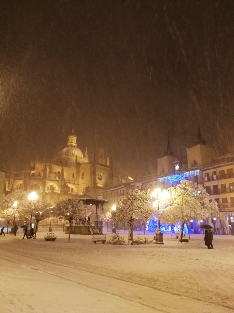 La nieve caída el pasado fin de semana sobre la Plaza Mayor de Segovia.