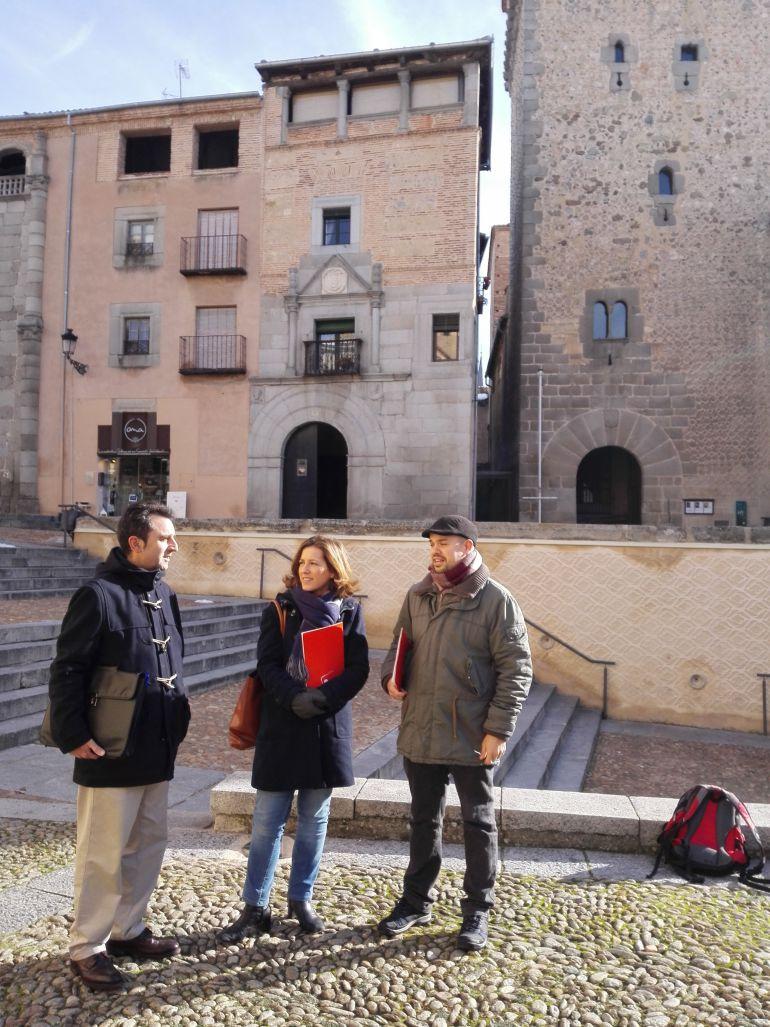 Alberto López Villa, abogado de IU, Ana Peñalosa portavoz de IU y el concejal en el Ayuntamiento Segovia, Ángel Galindo.