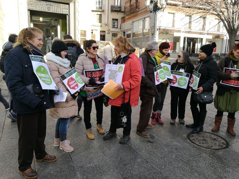 Miembros de la  plataforma de Segovia durante la acción informativa esta mañana en la Avenida del Acueducto