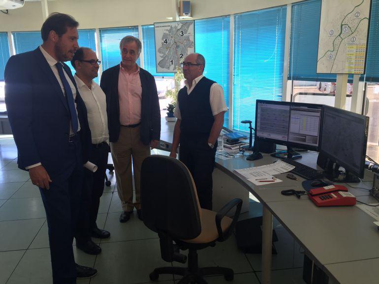 Visita del alcalde y Luis Vélez a las instalaciones de AUVASA en julio de 2016