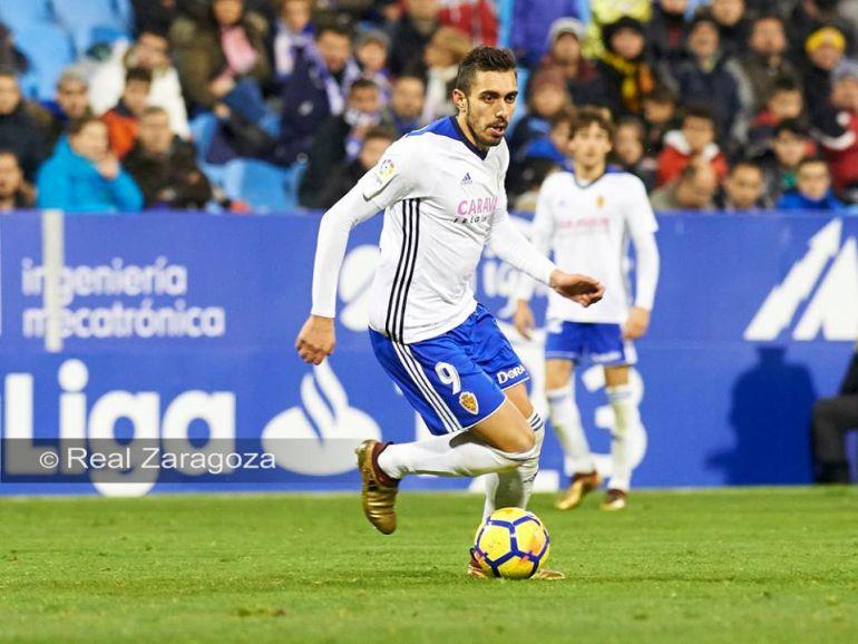 Borja Iglesias conduce el balón en la Romareda