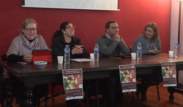 De izq. a drcha.: Pepa Jurado, edil de Igualdad; Mª José Guitiérrez, pta. IRIS; Paco Huertas, alcalde; y Beatriz Martín, Coordinadora Provincial del IAM