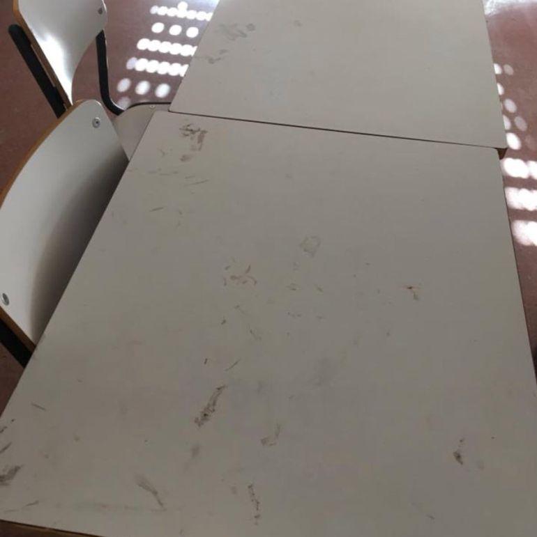Estado de algunas mesas del colegio León Felipe de Móstoles