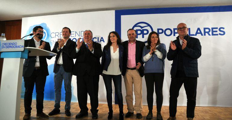 La vicesecretaria de Estudios y Programas del PP, Andrea Levy, junto al secretario general del PP de Castilla-La Mancha y otros miembros del partido en la región durante el acto celebrado en Torrijos