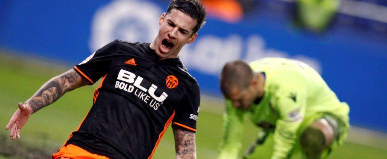 El portero del Deportivo Rubén Martínez junto al delantero del Valencia Santi Mina, tras encajar el primer gol