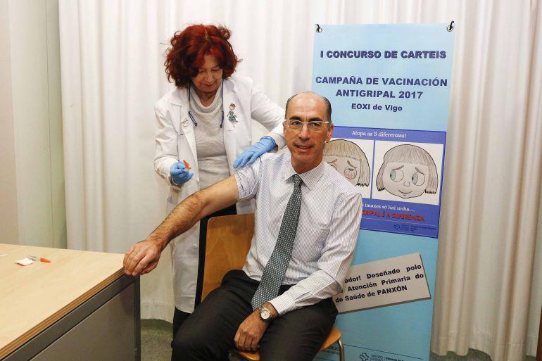 El conselleiro de sanidad, Jesús Vázquez Almuiña, se vacuna contra la gripe