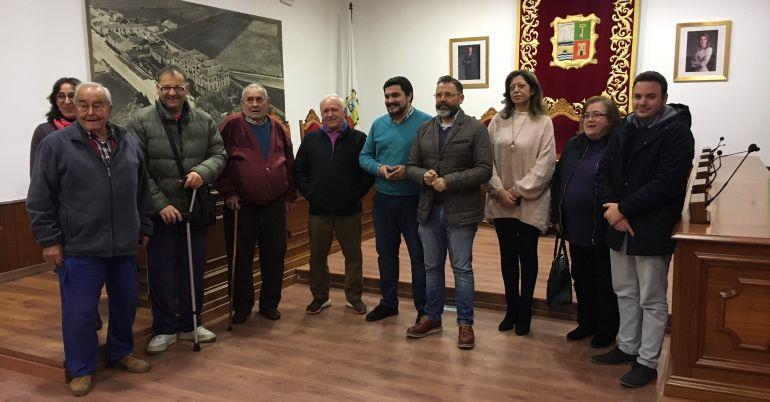 El delegado de Vivienda, Rafael Valdivielso, con el alcalde de Marmolejo y las familias beneficiadas.