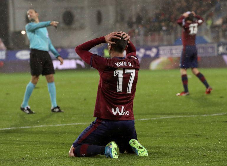Kike García se lamenta tras fallar una ocasión clara para empatar contra el Atlético