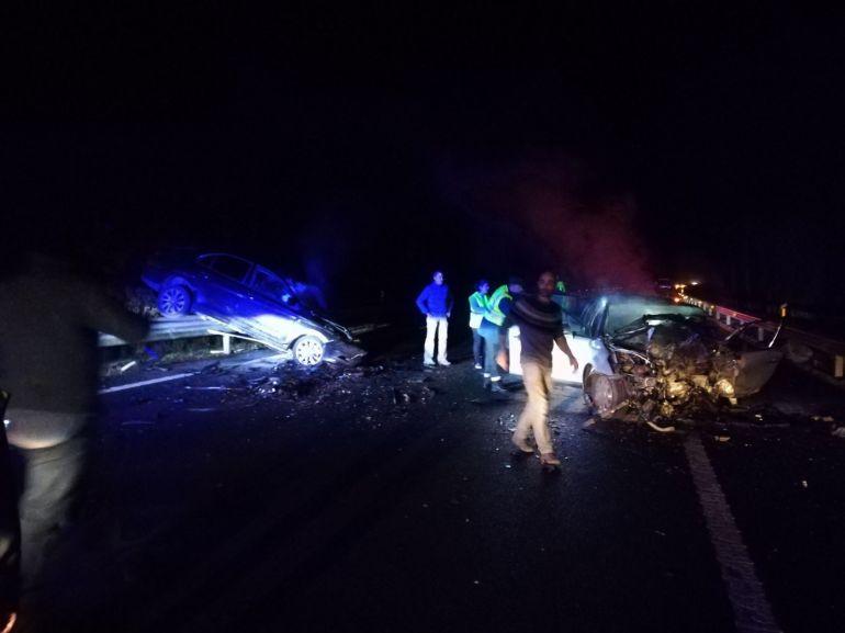 Estado en el que quedaron los dos vehículos tras la colisión frontal.