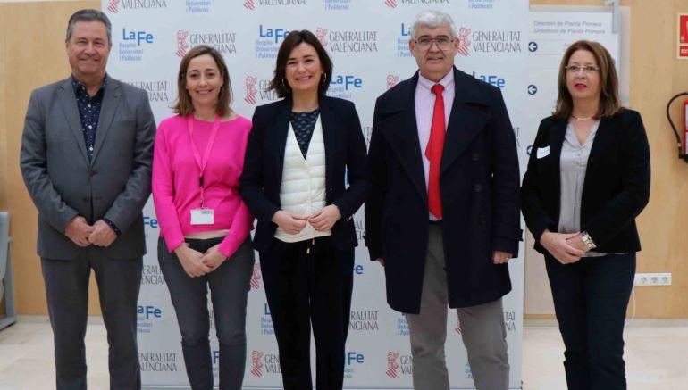 La consellera de Sanidad, Carmen Montón, visita a los asistentes a los primeros exámenes de la Oferta Pública de Empleo
