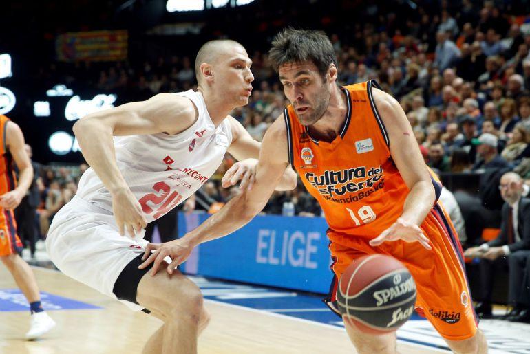 El alero del Valencia Basket, Fernando San Emeterio,d., trata de vencer la oposición del pívot del Tecnyconta, Michal Michalak, durante el encuentro de la jornada 16 de la Liga ACB que disputan esta tarde en el pabellón Fuente San Luis.