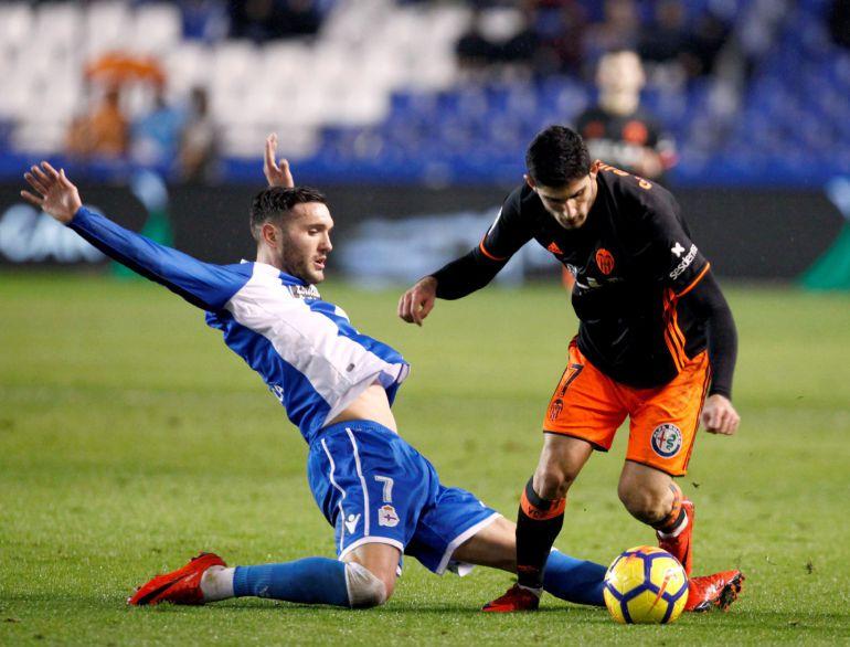 GRAF1499. A CORUÑA, El delantero del Deportivo Lucas Pérez (i) y el centrocampista portugués del Valencia, Gonçalo Guedes, en partido de liga que se disputa esta noche en el estadio de Riazor. EFE, Cabalar