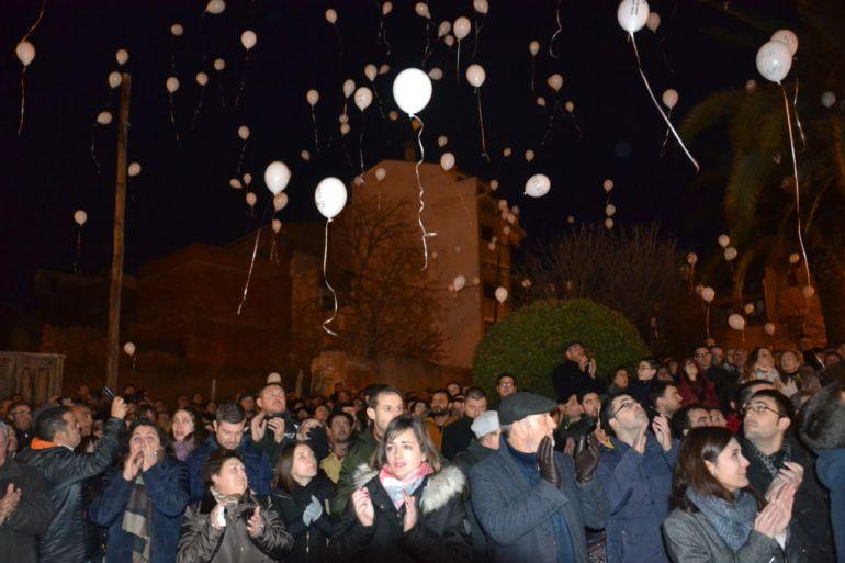 Suelta de globos en Calanda en homenaje a los asesinados